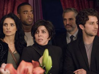 La casa de las flores  combina, en capítulos de 30 minutos, giros de guion, golpes de humor negro y situaciones disparatadas