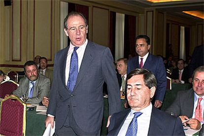 El vicepresidente Rodrigo Rato, en un acto sobre el petróleo. Sentado a la derecha, el presidente de Repsol, Alfonso Cortina, y en segundo plano, Pedro Meroño.