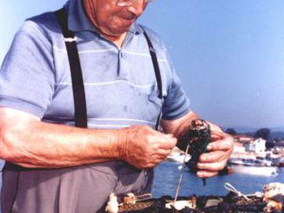 Daniel Pazó Vila, con una de las nasas con las que pescaba pulpos.