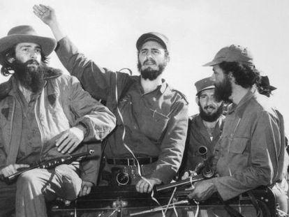 Entrada de Castro en la Habana, en 1959. A su derecha, Camilo Cienfuegos; a su izquierda, Huber Matos.