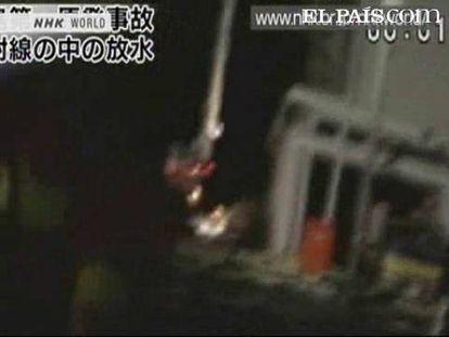 """Casi a ciegas por un laberinto de escombros. Fukushima Daichi es una maraña de chatarra letal, de restos de estructuras de los que emanan vapor y humo radiactivo contra los que batallan 180 bomberos y personal de la central. La grabación transmite desasosiego. Su trabajo es una proeza.<strong>Especial: <a href=""""http://www.elpais.com/especial/terremoto-japon-2011/"""" target=""""_blank"""">Terremoto, Tsunami y Alerta Nuclear en Japón</a></strong>"""