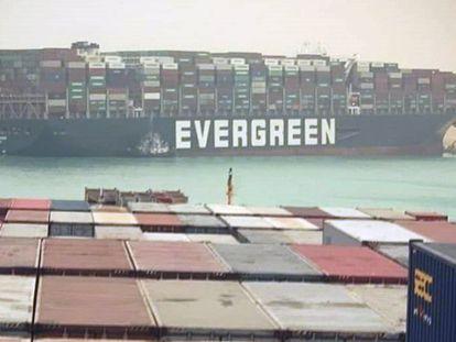 El buque 'Ever Given', encallado en el canal de Suez.