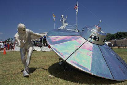 Un concursante vestido de alienígena con un platillo volador en festival OVNI de Roswell.