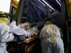 Sanitarios del SUMMA protegidos con un traje protector frente al Covid-19 trasladan a un paciente desde la UVI de IFEMA al interior de la unidad móvil para su posterior traslado al Hospital Puerta de Hierro, durante un día de trabajo del Servicio de Urgencia Médica (SUMMA 112) en el estado de alarma decretado por el Gobierno por la pandemia del coronavirus, en Madrid (España) a 26 de abril de 2020. 27 ABRIL 2020 SANIDAD;SISTEMA SANITARIO;CORONAVIRUS;PANDEMIA;COVID-19;PACIENTES;ENFERMEDAD; Jesús Hellín   / Europa Press 26/04/2020