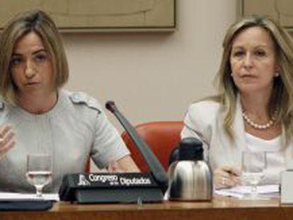 La ministra de Defensa, Carme Chacón (izquierda), y la de Asuntos Exteriores, Trinidad Jiménez, comparecen ante una reunión conjunta de las comisiones de Defensa y de Exteriores del Congreso.