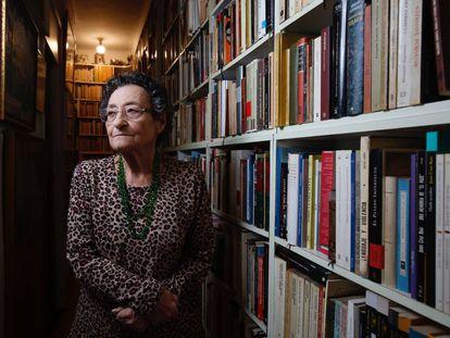 Francisca Aguirre, retratada en su casa en Madrid el pasado mes de noviembre.