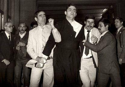 Momento de la detención de Juan Fernández Krohn, en Fátima en 1982.