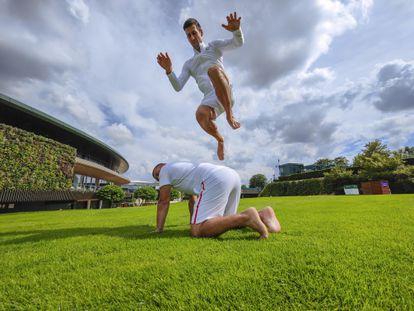 Djokovic salta sobre su fisio durante un entrenamiento en el All England Lawn Tennis & Croquet Club.