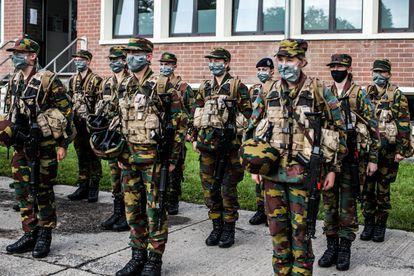 Isabel de Bélgica y sus compañeros, en formación en la academia militar de Elsenborn.