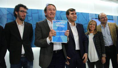 Ramón Riera, el segundo por la izquierda, posa con un documento del PP.