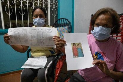Alessandra y Conceição Mota, sobrina y hermana de Zenite Gonzaga, exhiben un expediente médico que acredita el trato irregular de su familiar.