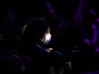 Una asistente al festival de música Vive Latino este sábado en México usa mascarilla.