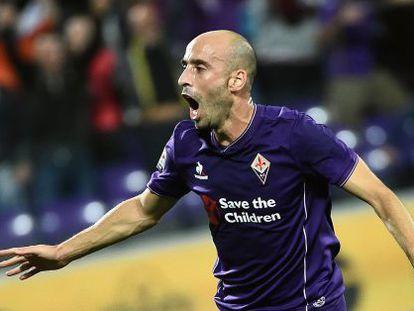 Borja Valero celebra un gol de la Fiorentina en 2016.