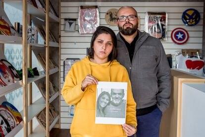 Priscila Diselle y su hermano muestra una foto de los familiares que se llevó la covid-19.