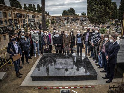 Familiares de represaliados por el franquismo y arrojados a la fosa 114 del cementerio de Paterna (Valencia).