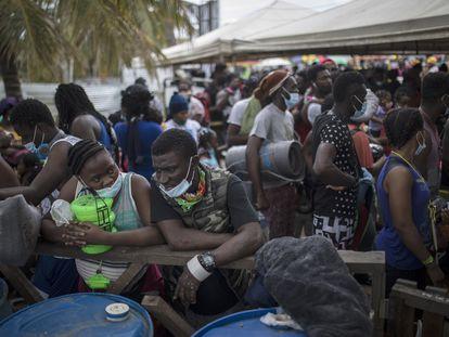 Migrantes haitianos se congregan para abordar un bote a Capurganá, cerca de la frontera con Panamá, en Necoclí, Colombia, el pasado 28 de julio.