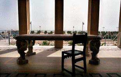 La mesa de mármol que preside la terraza del chalé del escritor valenciano en la Malva-rosa.