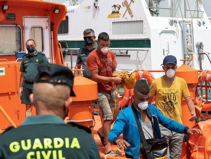 Tres inmigrantes magrebíes desembarcan el 16 de agosto en Motril (Granada) de una patrullera del Servicio Marítimo de la Guardia Civil.