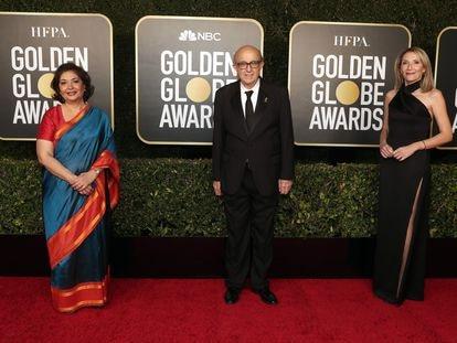 Desde la izquierda, Meher Tatna, presidenta de la junta directiva de la HFPA, Ali Sar, presidente de la HFPA, y Helen Hoehne, vicepresidenta de la HFPA, asisten a la 78ª entrega de los Globos de Oro celebrada en The Beverly Hilton, el 28 de febrero de 2021 en California.