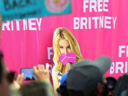 Fanáticos de Britney Spears piden el fin de la tutela frente a los tribunales de Los Ángeles (California), el pasado 23 de junio.