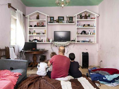 Djamel Zatout, en el salón de su casa junto a sus tres hijos, Kheira, Halima y Mustapha.