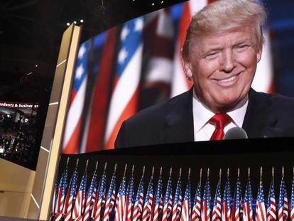 El discurso de Trump proyectado desde el escenario en Cleveland.
