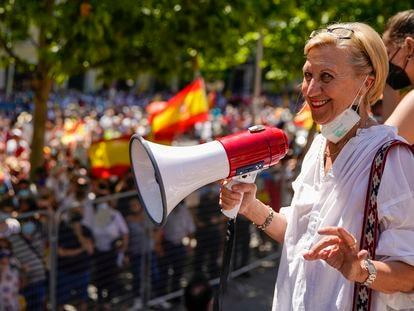 Rosa Díez antes de leer el manifiesto de la concentración de Colón contra los indultos a los independentistas catalanes.