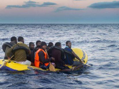 Un grupo de inmigrantes localizados en un 'toy' en El Estrecho, en una imagen de archivo.