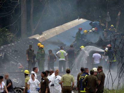 Los equipos de emergencia inspeccionan el lugar de la catástrofe.