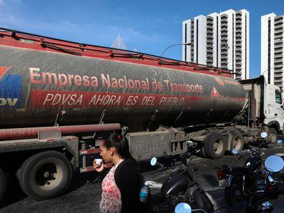 Un camión cisterna de combustible de PDVSA en una calle de Venezuela, este mes.