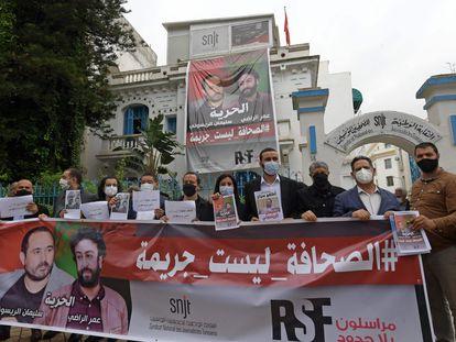 Miembros de la Unión de Periodistas de Túnez piden la libertad de sus colegas marroquíes Omar Radi y Suleimán Raisuni, el pasado 3 de mayo.