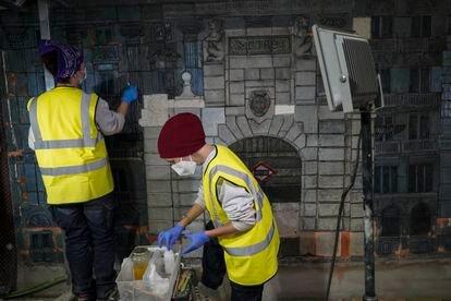 Irene González, en primer término, y Leticia Sáinz restauran un mosaico de Miguel Durán Loriga en las obras de la estación de Metro de Gran Vía.