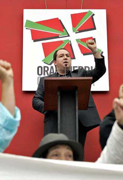 Pernando Barrena, dirigente de Batasuna, se dirige a los manifestantes.