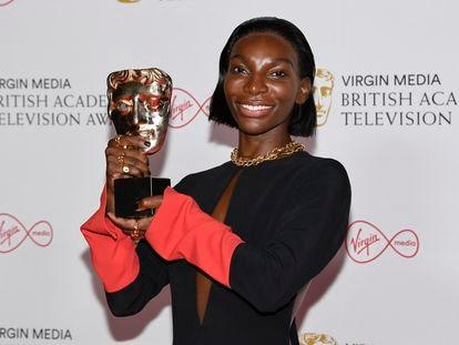Michaela Coel posa para los fotógrafos con su premio a mejor actriz protagonista por su papel en 'I May Destroy You' tras la entrega de los Premios de Televisión de la Academia Británica en Londres, este domingo.