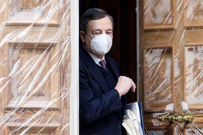 El expresidente del Banco Central Europeo, Mario Draghi, sale este martes de su domicilio en Roma.
