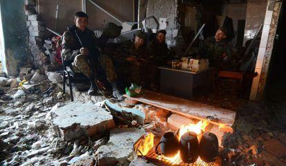 Soldados prorrusos, cerca del aeropuerto internacional de Donetsk, el 16 de octubre