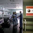 Personal sanitario dentro de una habitación de aislamiento dentro de la zona covid en el Hospital de Torrejón.