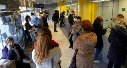 Colas en una oficina de Correos de Madrid el pasado jueves.