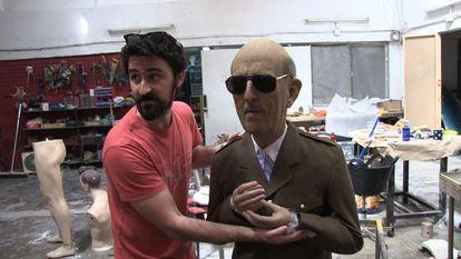 Eugenio Merino en su taller madrileño, junto a la estatua de Franco que llevará a Arco.