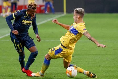 Samu Chukwueze trata de regatear al defensa del Maccabi Enric Saborit este jueves en el Bloomfield Stadium.