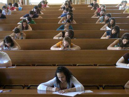 Estudiantes realizan las pruebas de selectividad en la Facultad de Medicina de la Universidad de Granada.