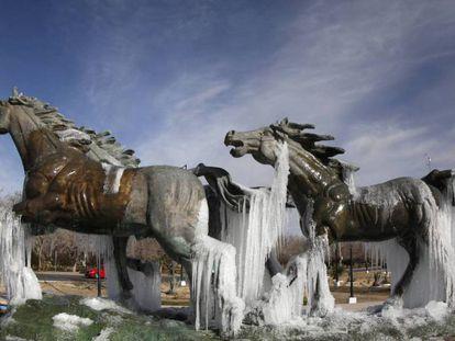 Un monumento en Ciudad Juárez acumula hielo a causa de los intensos fríos en la zona.
