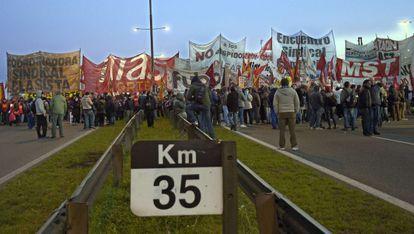 Manifestantes en la autopista Panamericana, Buenos Aires, el 28 de agosto
