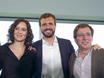 Díaz Ayuso, Casado y Martínez Almeida en un acto de campaña en 2019 en Madrid.