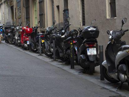 Motos aparcadas en la calle Martínez de la Rosa, en Gràcia.