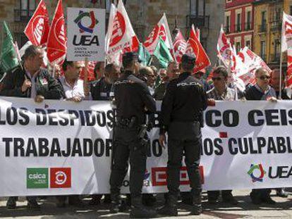 Varios efectivos de la policía ante una manifestación por León para rechazar los despidos que planea el Banco Ceiss.