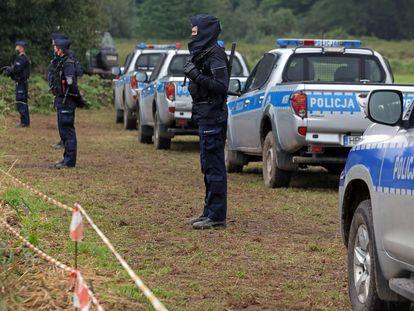 Agentes de policía polacos en la frontera entre Polonia y Bielorrusia cerca de la aldea de Usnarz Gorny, noroeste de Polonia, el 30 de agosto de 2021.