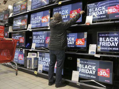 Una persona toma las medidas de un televisor en un centro comercial de San Sebastián.