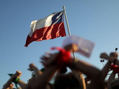 La bandera de Chile durante una protesta por los derechos de la mujer, en Santiago de Chile, en diciembre de 2019.