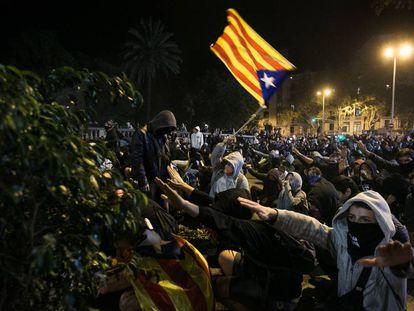 Jóvenes durante los disturbios del miércoles en Barcelona. En vídeo, los incidentes.